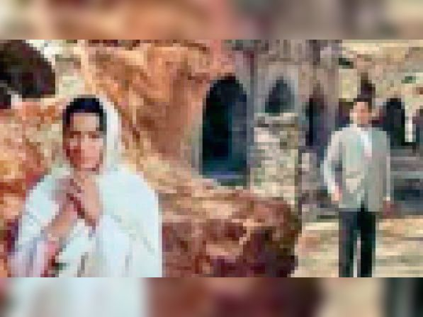 मांडू के स्मारकाें में वहीदा रहमान के साथ फिल्म की शूटिंग करते हुए। - Dainik Bhaskar