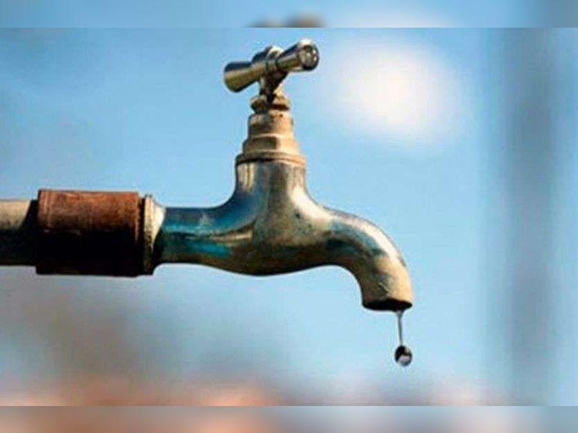 झालाना कुंडा बस्ती में ट्यूबवेल और टैंकराें पानी सप्लाई की जा रही है। - Dainik Bhaskar