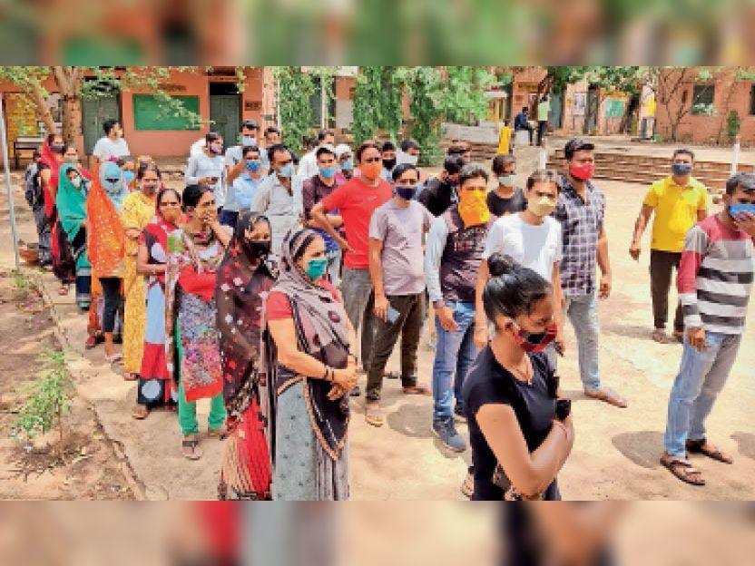 कोर्ट रोड कन्या विद्यालय में वैक्सीन लगवाने लगी लोगों की भीड़। - Dainik Bhaskar