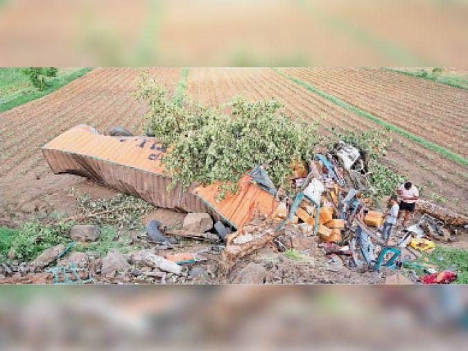 गुजरी. खेत में गिरने पर इस तरह से चकनाचूर हाे गया कंटेनर। - Dainik Bhaskar