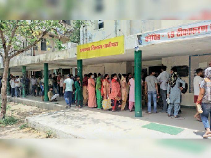 सिविल अस्पताल में वैक्सीन लगवाने के लिए उमड़ी भीड़। - Dainik Bhaskar