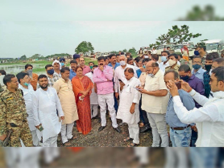 कुम्मा में बाढ़ प्रभावित क्षेत्र का जायजा लेते प्रभारी मंत्री व अन्य। - Dainik Bhaskar