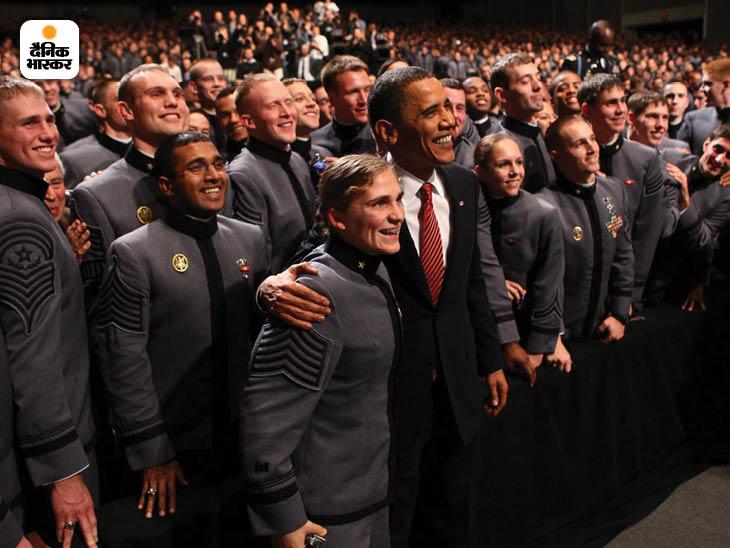 दिसंबर 2009: यूनाइटेड स्टेट्स मिलिट्री एकेडमी के कैडेटों के साथ अमेरिकी राष्ट्रपति बराक ओबामा। उन्होंने ही अमेरिकी सैनिकों की वापसी की शुरुआत की थी। फोटो : डॉग मिल्स