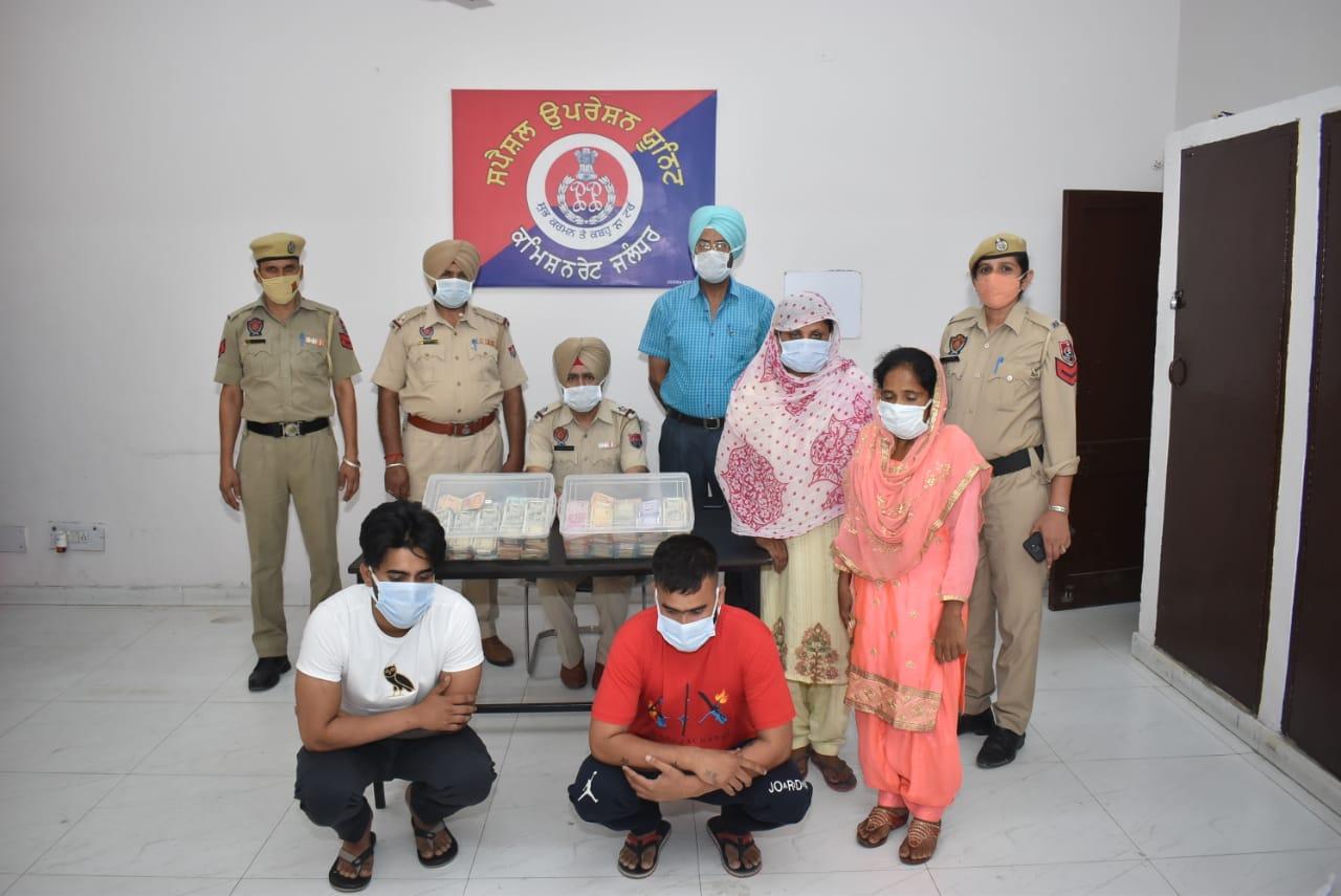 पकड़े गए तस्करों के साथ स्पेशल ऑपरेशन यूनिट की टीम। - Dainik Bhaskar