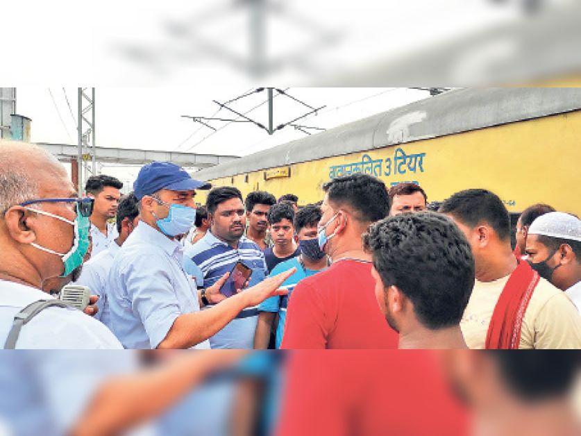 दानापुर स्टेशन पर हंगामा कर यात्रियों को अधिकारियों ने समझा-बुझाकर तीन घंटे बाद ट्रेन को रवाना कराया। - Dainik Bhaskar