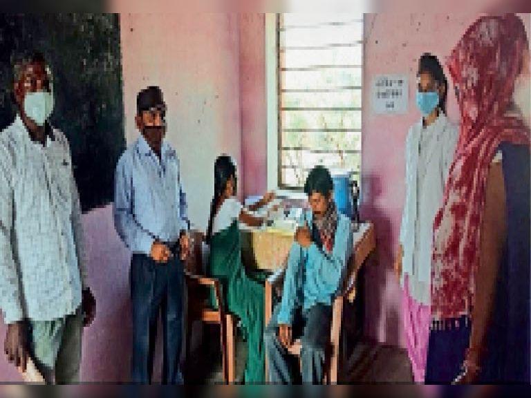 आलीराजपुर. वैक्सीन लगवाने के लिए उत्साह के साथ पहुंच रहे हैं लोग। - Dainik Bhaskar