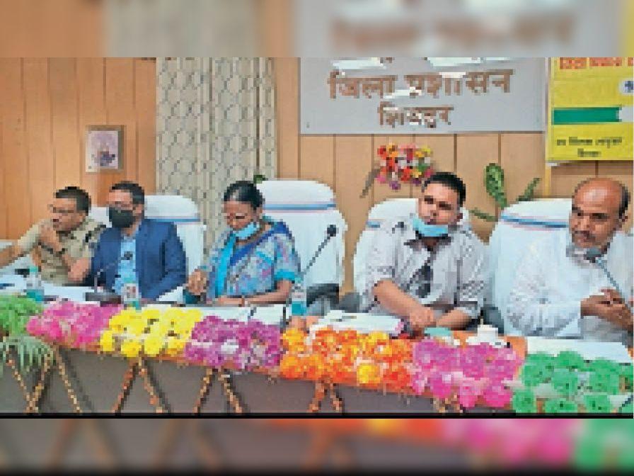 शिवहर में बैठक में शामिल सांसद व अन्य। - Dainik Bhaskar