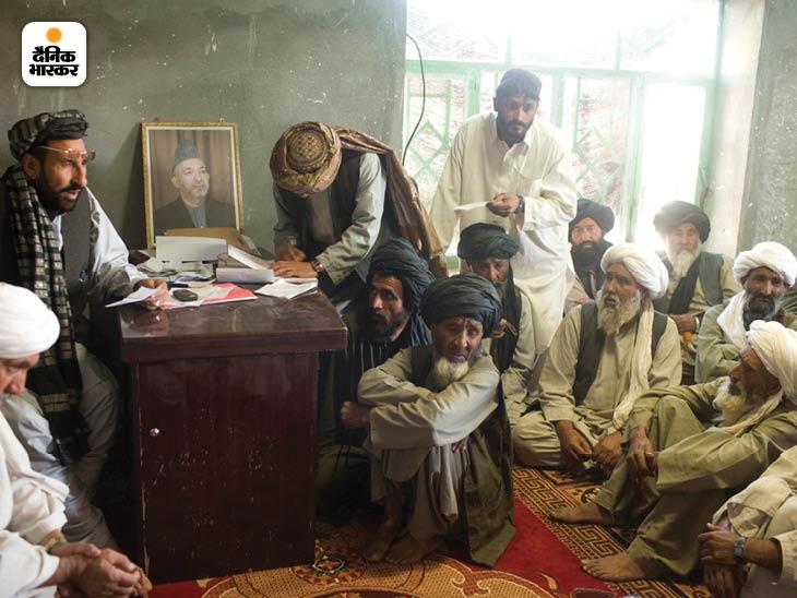 मार्च 2010: अफगानिस्तान के कंधार प्रांत में अफगानों की बैठक। इस धार्मिक बैठक को मरजा कहते हैं। ऐसी बैठकों में कई बड़े फैसले लिए जाते हैं। फोटो: मोइसेस समन