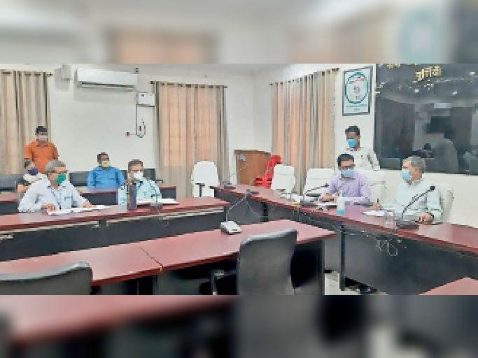 विद्यालय प्रबंध समिति की बैठक के दौरान उपस्थित डीएम, सदर विधायक व अन्य। - Dainik Bhaskar