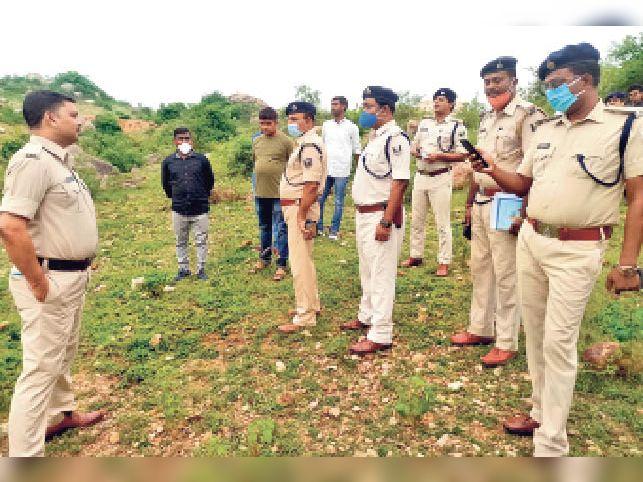 बुधवार को नागी डैम स्थित घटना स्थल पहुंचकर जांच करते एसपी। - Dainik Bhaskar