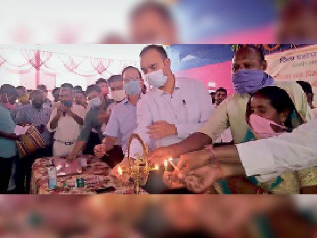 पर्चा वितरण कार्यक्रम का उद्घाटन करते डीएम व अन्य अधिकारी। - Dainik Bhaskar