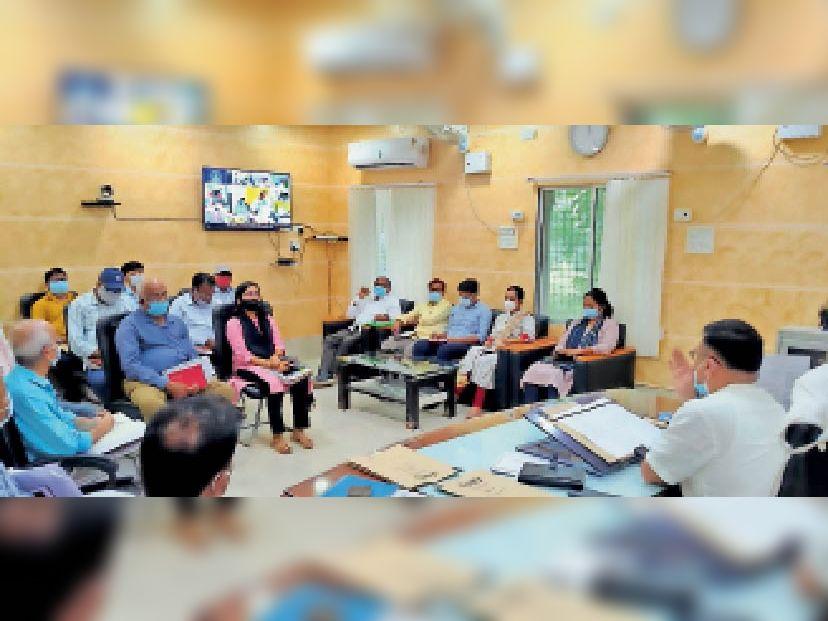 बुधवार को बैठक में शामिल डीएम व अन्य अधिकारी। - Dainik Bhaskar