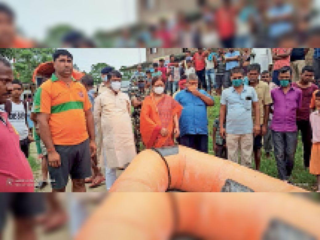 हरिहरपुर गांव में शव की तलाश करने जाती एसडीआरएफ की टीम। - Dainik Bhaskar