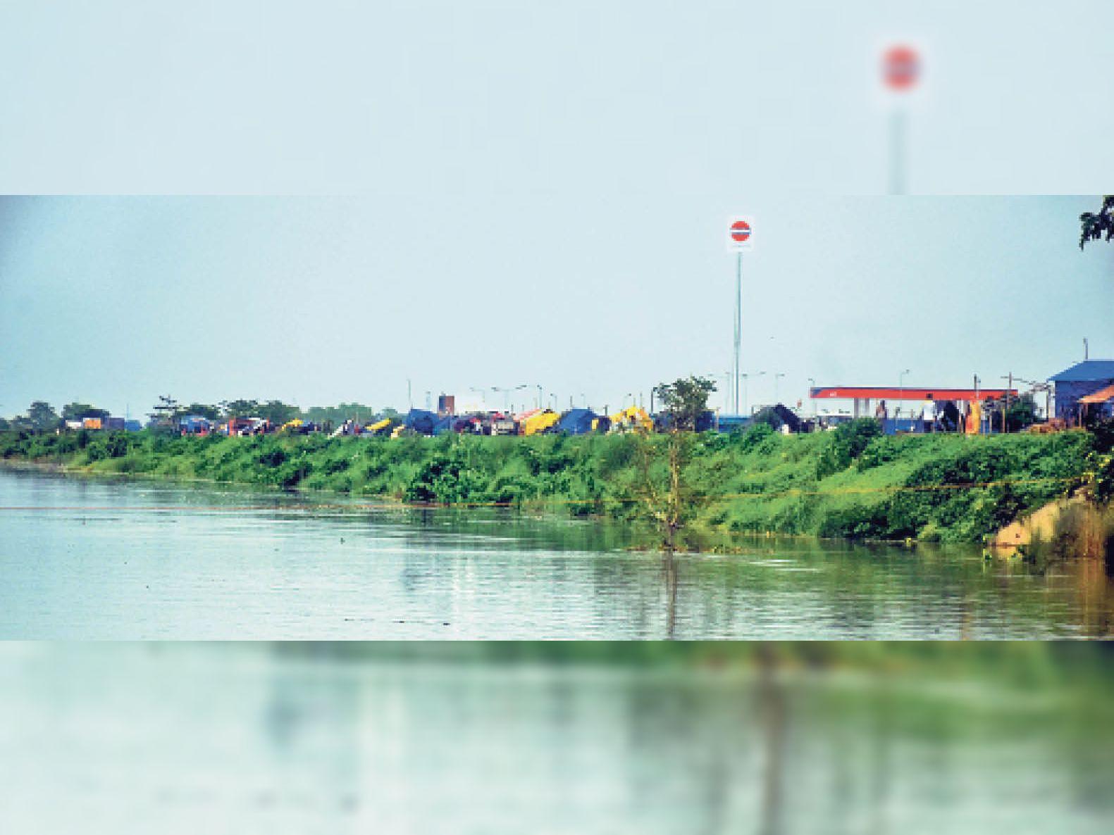 घरों में पानी घुसने की वजह से प्रभावित लोग हाईवे में टेंट लगाकर रहने को मजबूर हैं। - Dainik Bhaskar