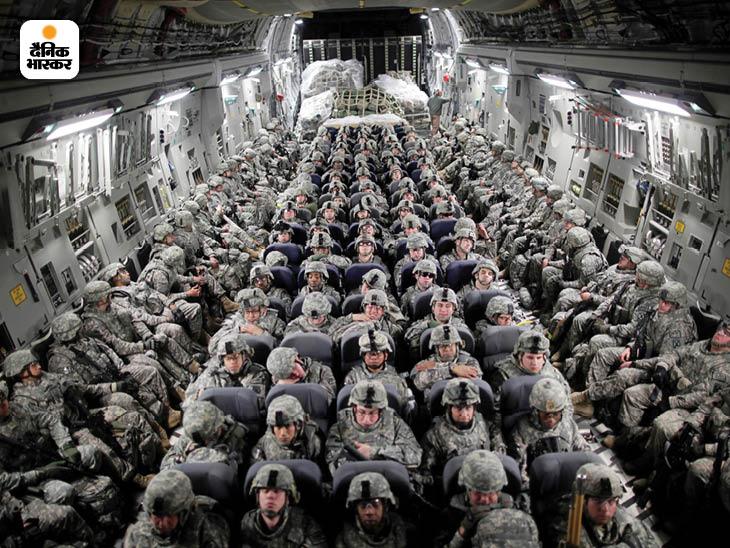 अप्रैल 2010: सैन्य ट्रांसपोर्ट विमान से मजार-ए-शरीफ पहुंचने से पहले अमेरिकी सैनिकों की एक बड़ी टुकड़ी। इस दौरान अमेरिका ने लगातार अपने सैनिक बढ़ाए। फोटो: डेमन विंटर