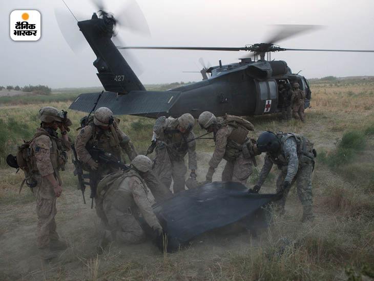 मई 2010: तालिबान के गढ़ रहे हेलमंड प्रांत में IED विस्फोट में मारे गए अपने साथी के अवशेष को उठाने में मदद करते सार्जेंट ग्रेसन सी कोल्बी (सबसे दायें)। फोटो: टायलर हिक्स
