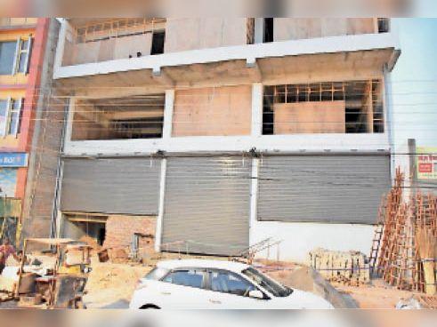 हिसार के दिल्ली रोड पर नगर निगम टीम द्वारा सील की गई बिल्डिंग। - Dainik Bhaskar