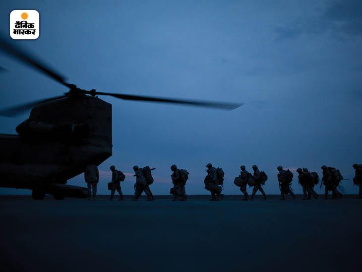 मार्च 2011: कुंदुज में एक ट्रांसपोर्ट हेलिकॉप्टर में सवार होते अमेरिकी सैनिक। यह इलाका तालिबान और नाटो सेना के बीच संघर्ष का प्रमुख केंद्र रहा। फोटो: डेमन विंटर