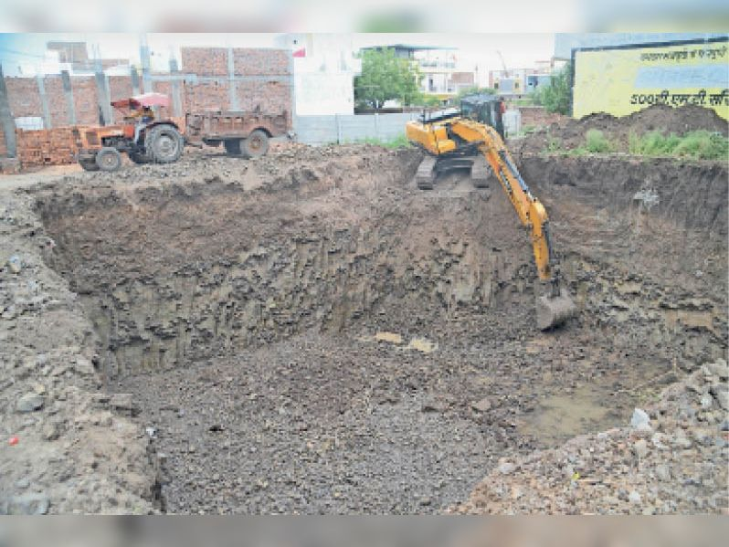 इस तरह करीब 30 फीट गहरा गड्ढा खोदकर इसमें से लगभग 1 हजार ट्रॉली मिट्टी और मुरम निकाल कर उसे निजी प्लॉट और फार्म हाउस पर डाल दिया गया। - Dainik Bhaskar