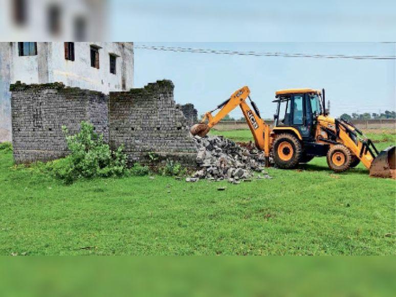 अतिक्रमण हटाने के लिए जेसीबी से तोड़ा गया मकान। - Dainik Bhaskar