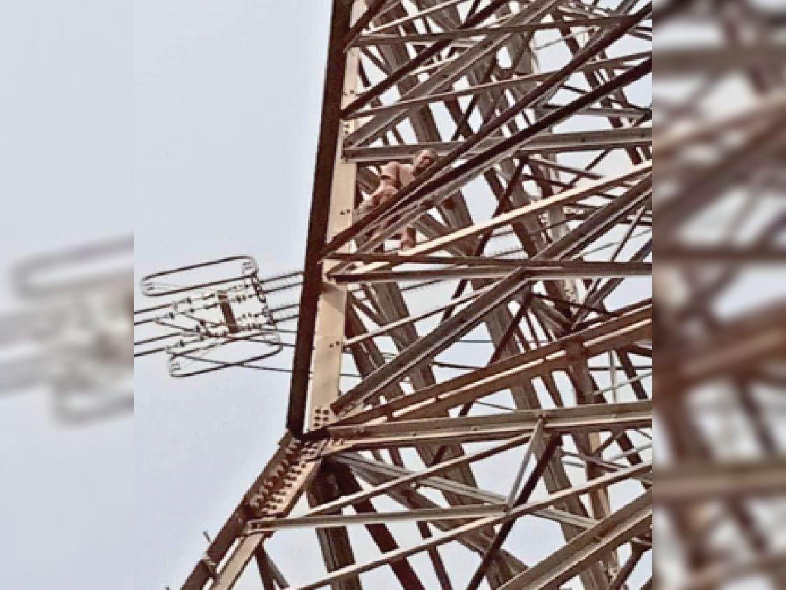 टॉवर में चढ़ा युवक। - Dainik Bhaskar