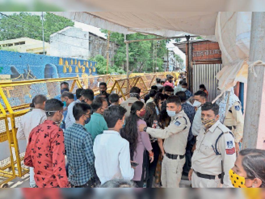 महाकालेश्वर मंदिर पर श्रद्धालुओं की भीड़ बढ़ती जा रही है। सुबह से लेकर रात तक मंदिर के प्रवेश द्वार से लेकर शिखर दर्शन तक भीड़ नजर आती है। - Dainik Bhaskar