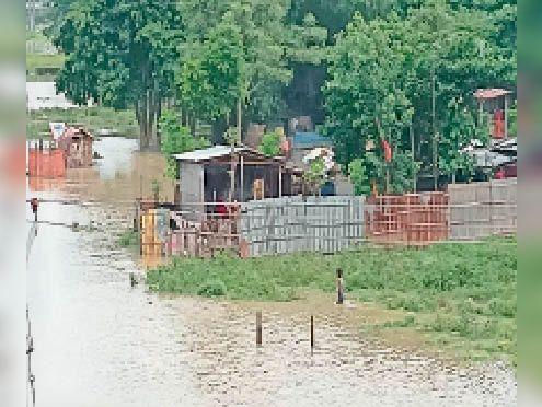 कोसी नदी का पानी फैलने से घरों में घुसा पानी। - Dainik Bhaskar