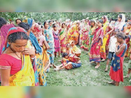 घटना के बाद रोते-बिलखते परिजन व ग्रामीण। - Dainik Bhaskar