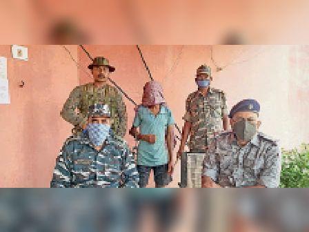 पुलिस हिरासत में नक्सली। - Dainik Bhaskar