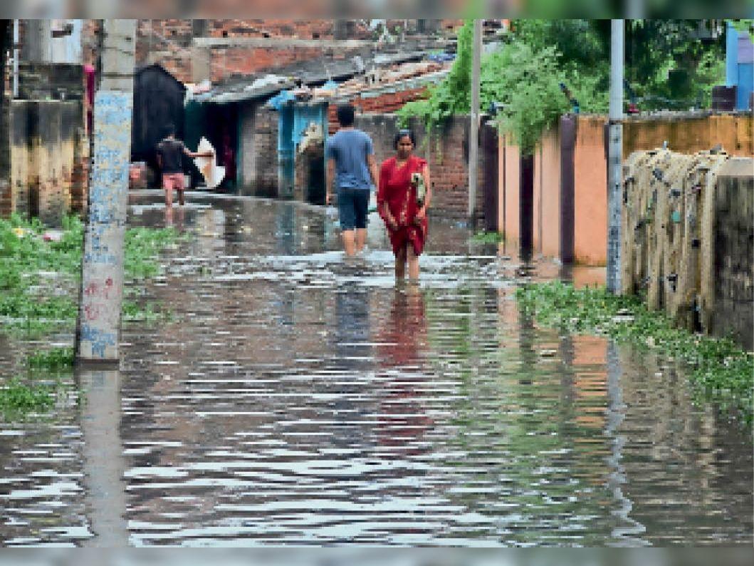 नखास चौक स्थित मोहल्ला में लगा बारिश का पानी। - Dainik Bhaskar