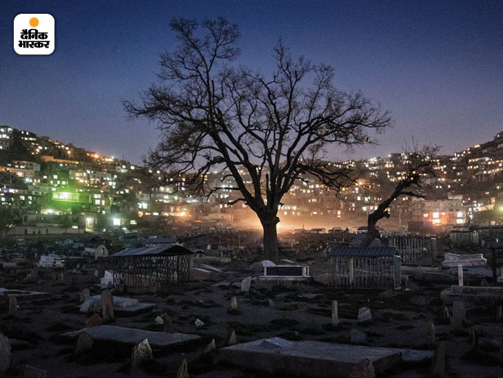 अप्रैल 2016: काबुल का कार्त-ए-सखी कब्रिस्तान। राष्ट्रपति अशरफ गनी ने पिछले साल कहा था कि 2015 के बाद से 28 हजार से ज्यादा अफगान सैनिक मारे गए हैं। फोटो: एडम फर्ग्यूसन