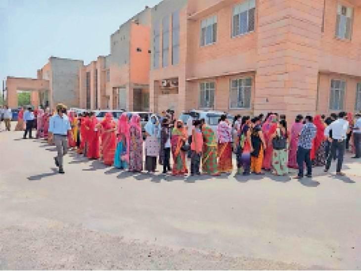 स्लॉट 9 बजे से दिए एमडीएम में 10 बजे शुरू हुआ वैक्सीनेशन तो उलझे लोग, एमडीएम हॉस्पिटल में दोपहर तक लगी लंबी कतारें जोधपुर,Jodhpur - Dainik Bhaskar