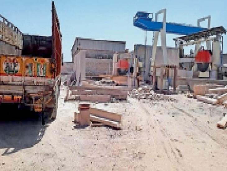 जिले में सबसे ज्यादा पत्थर कटिंग यूनिट्स बालेसर क्षेत्र में है। - Dainik Bhaskar