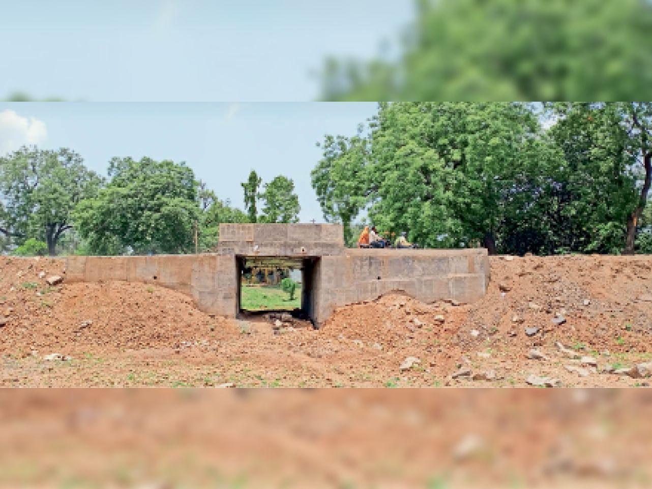 महू. रेलवे काॅलाेनी वाले हिस्से में पुलिया बनकर तैयार हैं। यहां बस अब डामरीकरण हाेने का इंतजार हैं। - Dainik Bhaskar