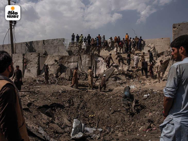 सितंबर 2019: काबुल में एक भीषण कार बम धमाके के बाद बना गड्ढा। इस हमले की जिम्मेदारी तालिबान ने ली थी। फोटो: जिम हुयेलेब्रोक