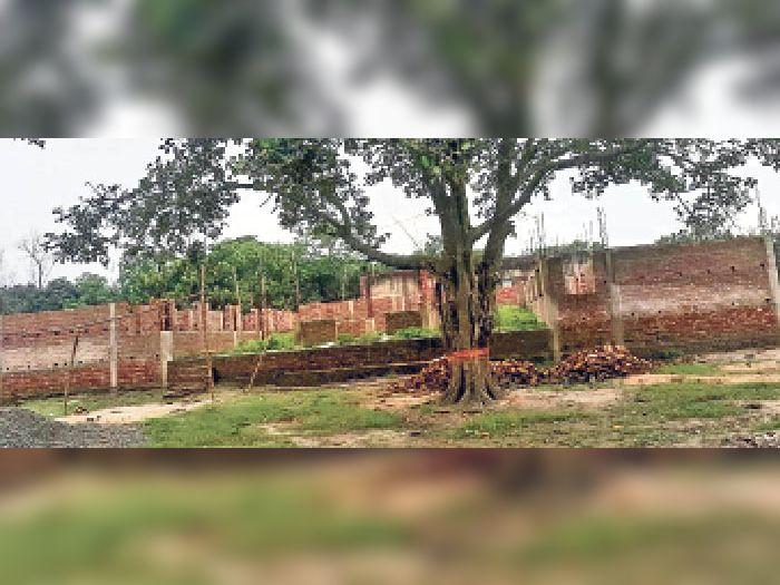 खजुराहा तथा विराटपुर स्थित अधूरा पंचायत सरकार भवन। - Dainik Bhaskar