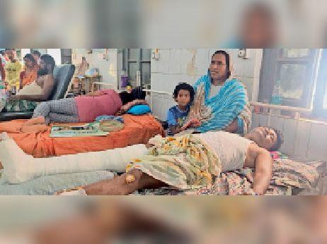 सदर अस्पताल में इलाज रात घायल मो नईम व उनका परिवार। - Dainik Bhaskar