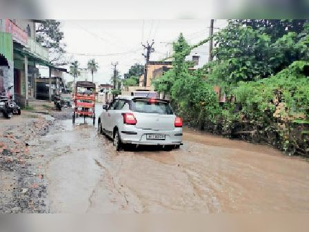 बुधवार की बारिश के बाद शहर में जहां-तहां पानी जमा हो गया। - Dainik Bhaskar