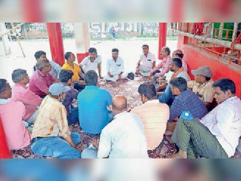 बैठक में मौजूद बिजली विभाग के मीटर रीडर। - Dainik Bhaskar