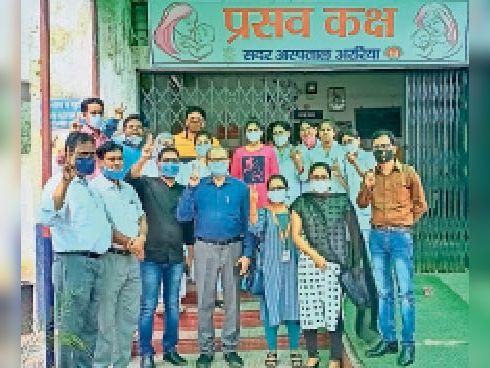 प्रमाण पत्र मिलने के बाद स्वास्थ्य कर्मी - Dainik Bhaskar