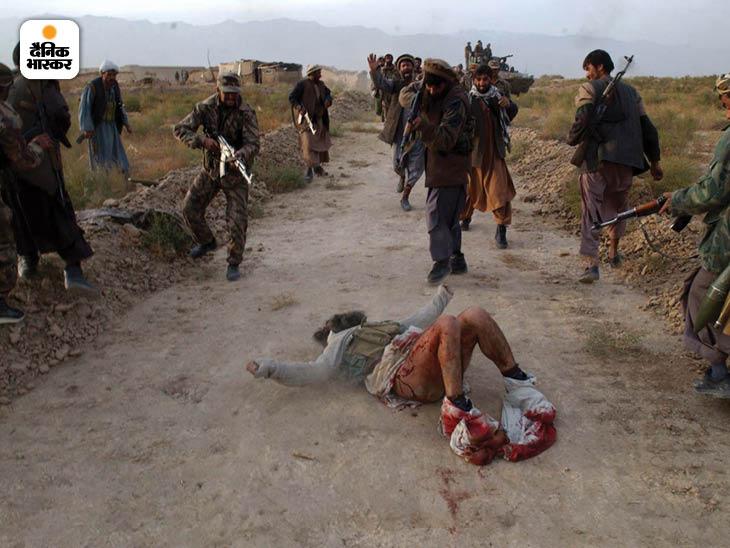 नवंबर 2001: काबुल की ओर जाते हुए नॉर्दन अलायंस के सैनिकों को एक तालिबानी लड़ाका खाई मेंं छिपा मिला। उसकी मिन्नतों के बावजूद उसे मार डाला गया। फोटो: टायलर हिक्स