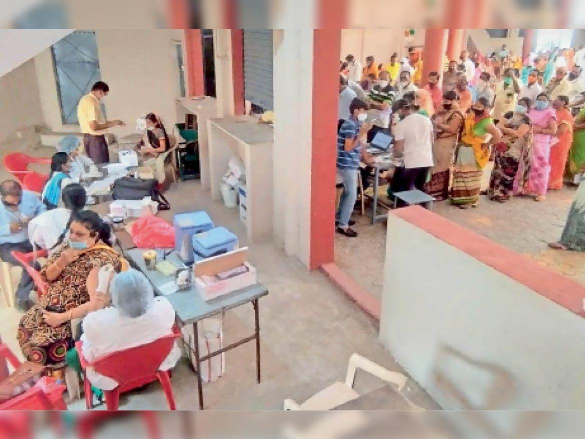महू. काेदरिया के केंद्र पर इस तरह एक बार में तीन लाेगाें का पंजीयन व वैक्सीनेशन का कार्य किया गया। - Dainik Bhaskar