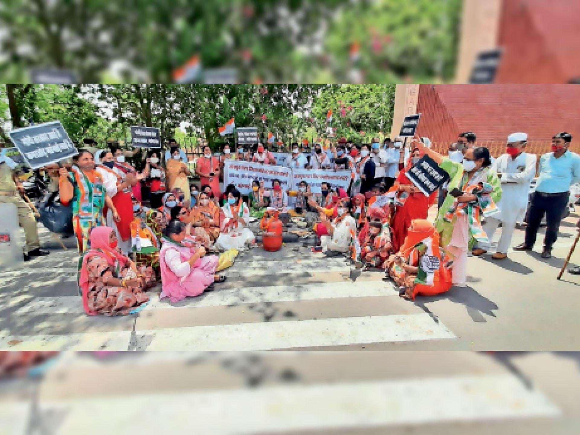 कलेक्ट्रेट के बाहर महिला मोर्चा कांग्रेस कार्यकर्ता गैस सिलेंडर लेकर आईं और उस पर रोटियां व सब्जियां बनाकर प्रदर्शन किया। - Dainik Bhaskar