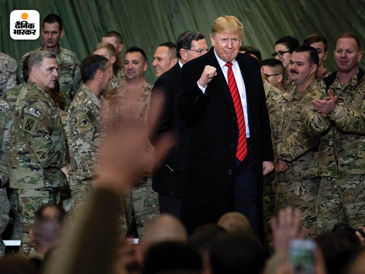 नवंबर 2019: काबुल के करीब अमेरिकी सेना के सबसे बड़े सैन्य अड्डे बगराम एयरबेस पर अपने सैनिकों के बीच उस समय के राष्ट्रपति डोनाल्ड ट्रंप। फोटो: एरिन शेफ