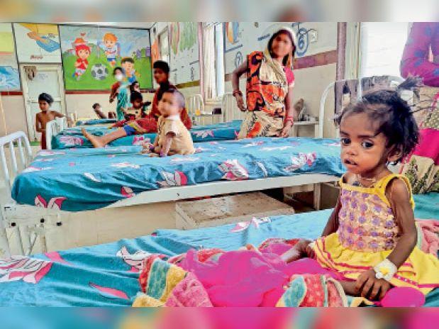 एनआरसी वार्ड में कुपोषित बच्ची के पास भर्ती टीबी मरीज। - Dainik Bhaskar