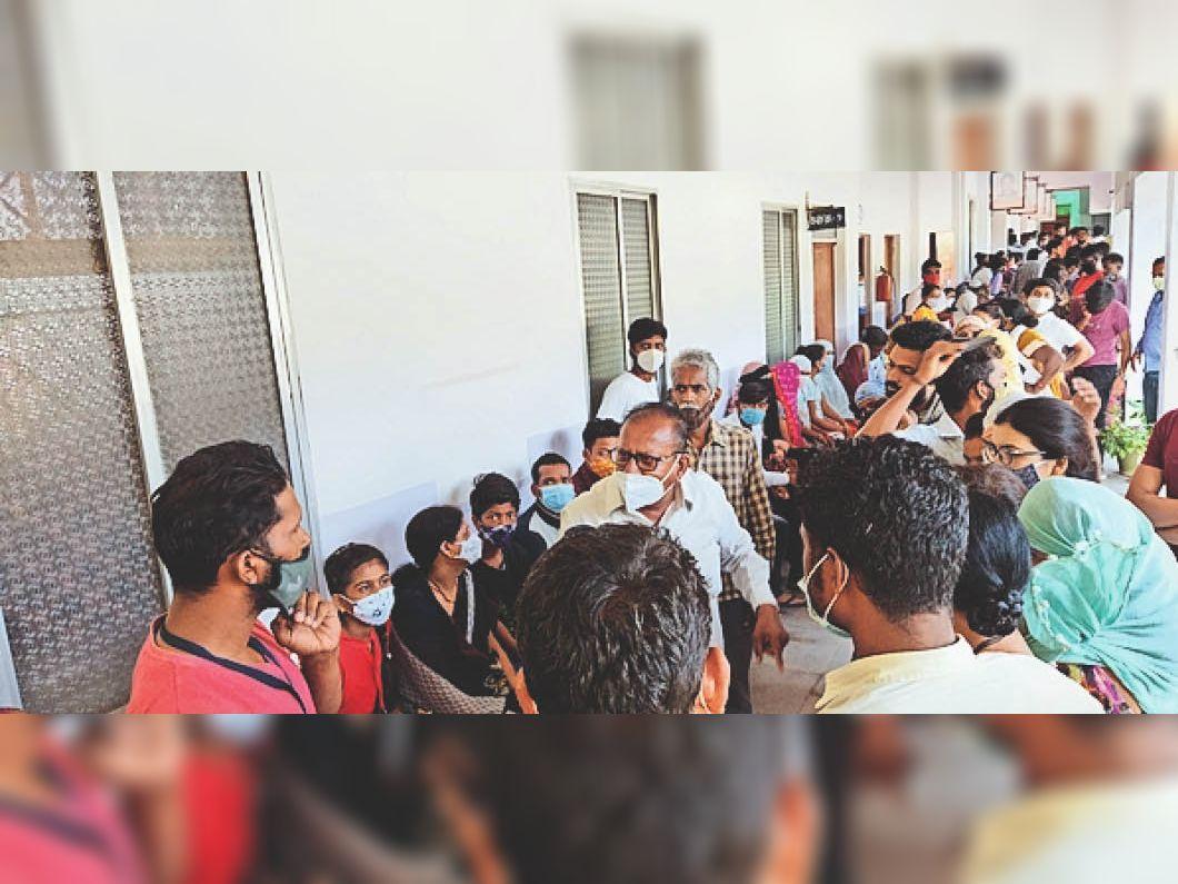 बैतूल। कन्या शाला गंज में कर्मचारी से बहस करते हुए। - Dainik Bhaskar