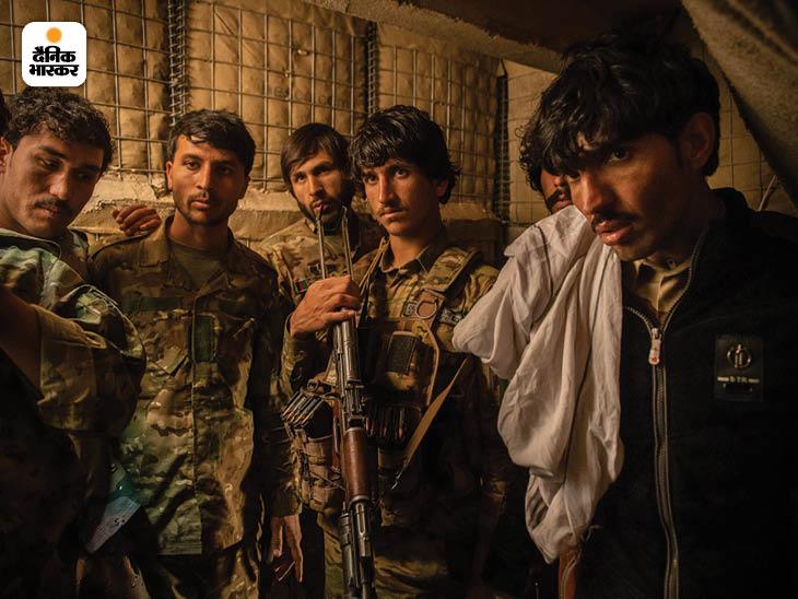 फरवरी 2020: तालिबान के हाथों बेस गंवाने के बाद अफगान पुलिस अधिकारी। अमेरिका की वापसी की खबर ने तालिबान को और आक्रमक बना दिया। फोटो: कियाना हायरी