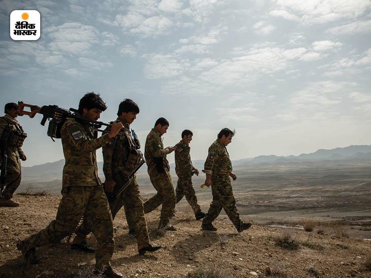 फरवरी 2020: अफगानिस्तान के जाबुल प्रांत में युद्ध से थके हुए अफगान पुलिस के जवान। इनमें ज्यादातर जवान कई वर्षों से अपने घर नहीं गए थे। फोटो: कियाना हायरी