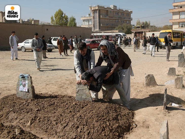 नवंबर 2020: काबुल यूनिवर्सिटी पर ISIS के हमले में 32 लोग मारे गए और 50 घायल हुए। हमले में मारे गए एक छात्र की कब्र पर शोक मनाता उनका परिवार। फोटो: फरजाना वहीदी