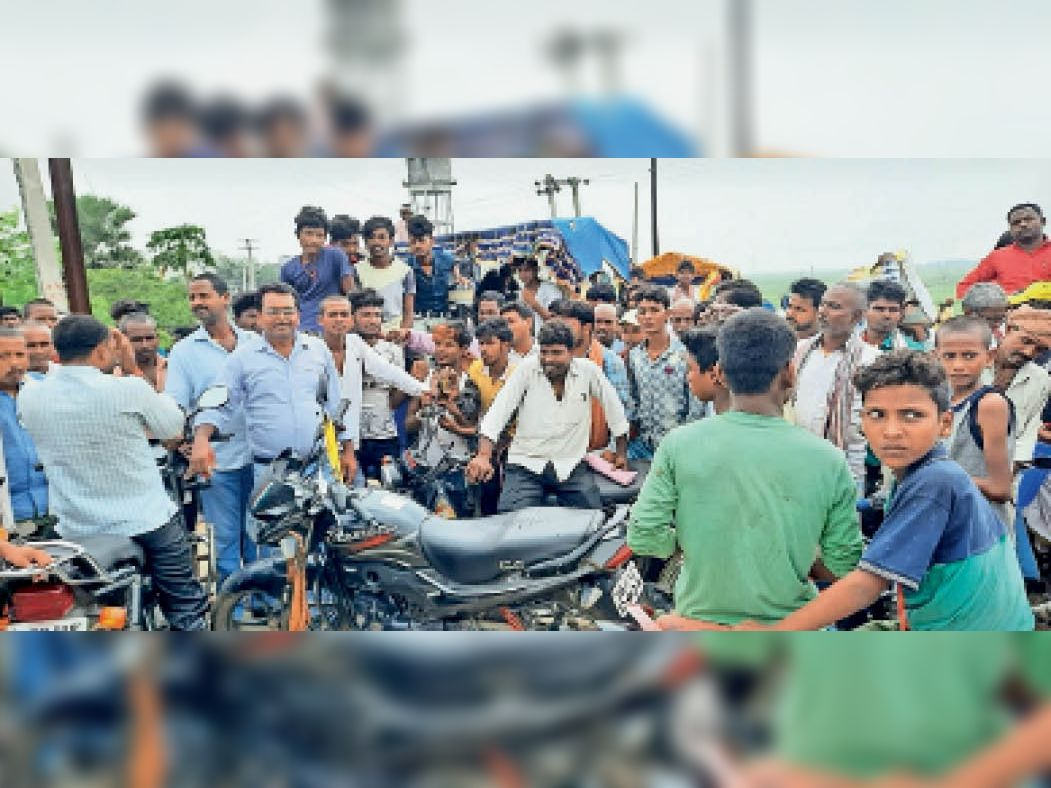 बिजली समस्या से जूझ रहे आक्रोशित लोगों ने जाम की सड़क। - Dainik Bhaskar